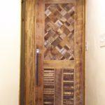 戸建て住宅に古材のオーダードア