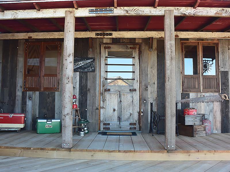 トレーラーハウス施工例 1-04 ブルーステインのドア