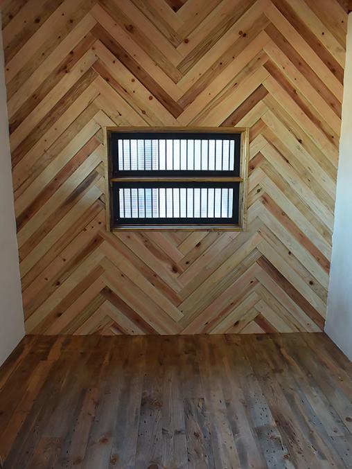 トレーラーハウス施工例 1-06 ヘリンボーンの壁
