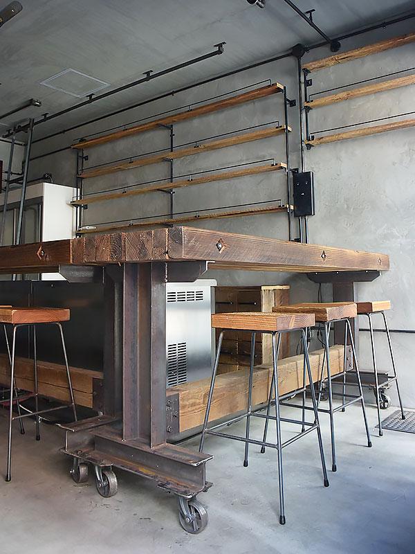 店舗施工例 3-06 古材と鉄のバーカウンターテーブル