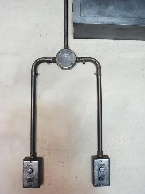 店舗施工例 3-22 露出配線 スイッチボックス
