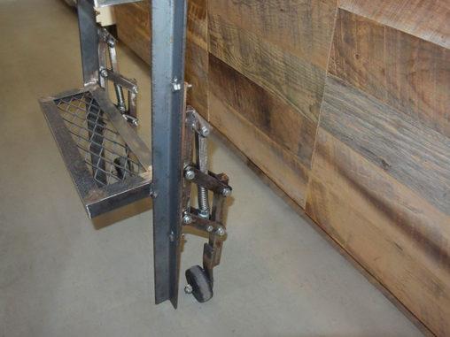 店舗施工例 3-25 アイアンスライド式はしご キャスター部