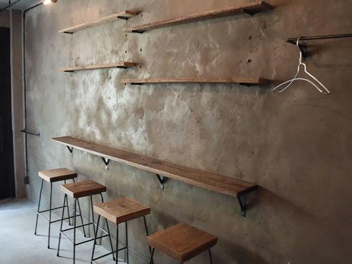 店舗施工例 3-10 店舗什器 アイアンハンガー 古材とアイアンの棚